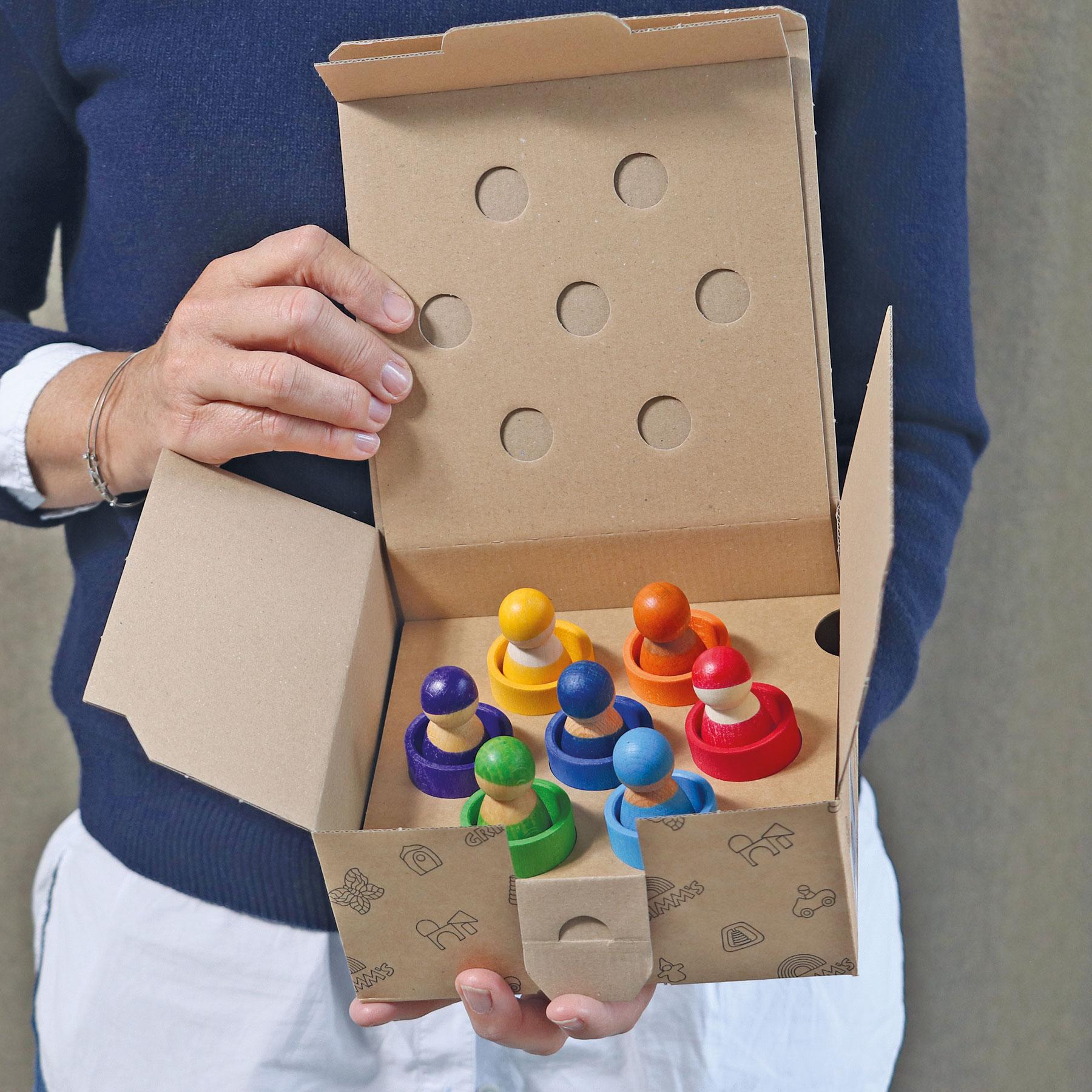 Grimms Sieben Freunde in Holzschälchen, Buchenholz, in den Farben des Regenbogens lasiert, ab 1 Jahr